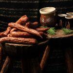 CÂRNĂCIORI PICANŢI DE OAIE: Produs semiafumat din carne de oaie (60%) și porc, aromatizat cu condimente naturale. Recomandat a se consuma după tratament termic