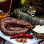 CÂRNAŢI BUCOVINENI: Cârnați cu bucăți întregi de carne porc, fierți și afumați cu membrană naturală comestibilă.