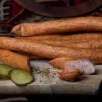 CÂRNAŢI CU PUI ȘI CURCAN: Produs fiert și afumat cu membrană naturală comestibilă, cu carne de pui și curcan, aromatizat cu condimente naturale.