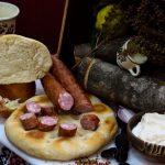 CÂRNAŢI TRANDAFIR: Produs fiert și afumat cu membrană naturală comestibilă, cu carne de porc, aromatizat cu condimente naturale.
