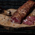 CEAFĂ CRUD USCATĂ: Ceafă de porc, afumată cu lemne de esență tare la fum rece, aromatizată cu condimente naturale.