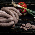 CHIŞCĂ MOLDOVENEASCĂ: Produs fiert cu membrană naturală comestibilă din carne de porc, organe, orez, ceapă și condimente naturale.