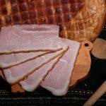 JAMBON ŢĂRANESC FĂRĂ OS: Produs fiert și dublu afumat din pulpă de porc fără os, cu condimente naturale.