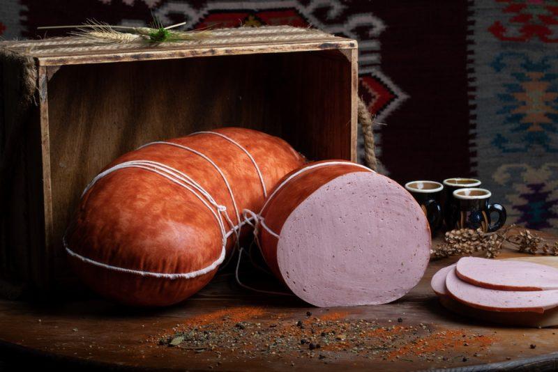 PARIZER CU ŞUNCĂ: Produs fiert și afumat, cu membrană comestibilă, din carne de porc și vită.