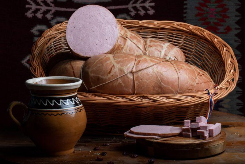 PARIZER ŢĂRĂNESC: Produs fiert și afumat, cu carne vită și porc, membrană naturală comestibilă, aromatizat cu condimente naturale.