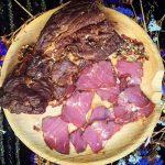 PASTRAMĂ DE OAIE: Carne de oaie fiartă, afumată, aromatizată cu condimente naturale.