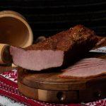 PASTRAMĂ PORC ŢĂRĂNEASCĂ: Pulpă de porc fiartă, dublu afumată și aromatizată cu condimente naturale.
