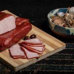 PASTRAMĂ PORC: Pulpă de porc fiartă, dublu afumată și aromatizată cu condimente naturale.