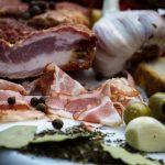PIEPT CONDIMENTAT: Piept de porc fiert și afumat, aromatizat cu condimente naturale.