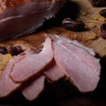 PULPĂ PORC HIŢUITĂ: Pulpă de porc bine aleasă, se sărează și se condimentează cu condimente naturale, se lasă la maturat 10 zile, timp în care se întoarce.