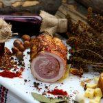 RULADĂ ŢĂRĂNEASCĂ LEGATĂ: Piept de porc afumat și copt, aromatizat cu condimente naturale.