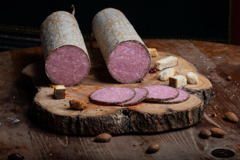SALAM BĂNĂŢEAN CU PIPER: Produs fiert și afumat realizat din carne de porc și condimente naturale, aromatizat cu boabe de piper.