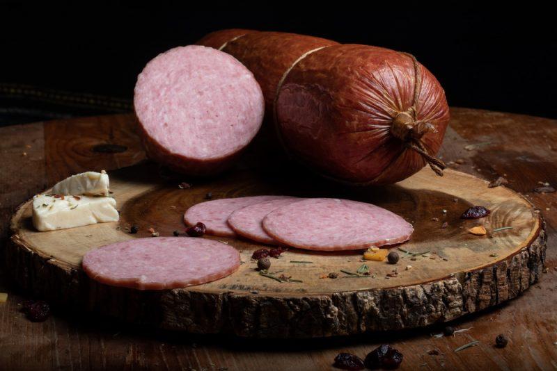 SALAM DIN MOLDOVA: Produs fiert și dublu afumat realizat din carne de porc și vită, aromatizat cu condimente naturale.
