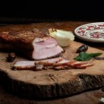 SLĂNINĂ ŢĂRĂNEASCĂ: Piept de porc fiert și afumat, învelit în condimente naturale.