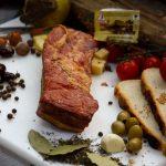 ŞUNCULIŢA MOŞULUI: Piept de porc fiert și afumat, sărat și aromatizat cu condimente naturale.