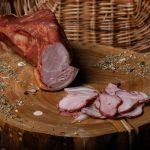 ŞUNCULIŢĂ ŢĂRĂNEASCĂ: Produs fiert și afumat din pulpă de porc, aromatizat cu condimente naturale.
