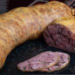 TOBĂ LIMBĂ: Limbă de porc fiartă și condimentată cu piper și usturoi, afumată în membrană naturală comestibilă.