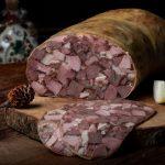 TOBĂ ŢĂRĂNEASCĂ: Carne și organe de porc fierte, aromatizate cu piper, usturoi și ienibahar, afumate în membrană naturală comestibilă.