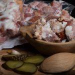 TOCHITURĂ ŢĂRĂNEASCĂ: Produs țărănesc din pulpă de porc și cârnați de casă în untură, aromatizat cu condimente naturale.