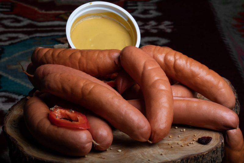 CREMWURŞTI GROŞI I: Produs fiert și afumat, cu membrană naturală comestibilă, cu carne de porc și vită.