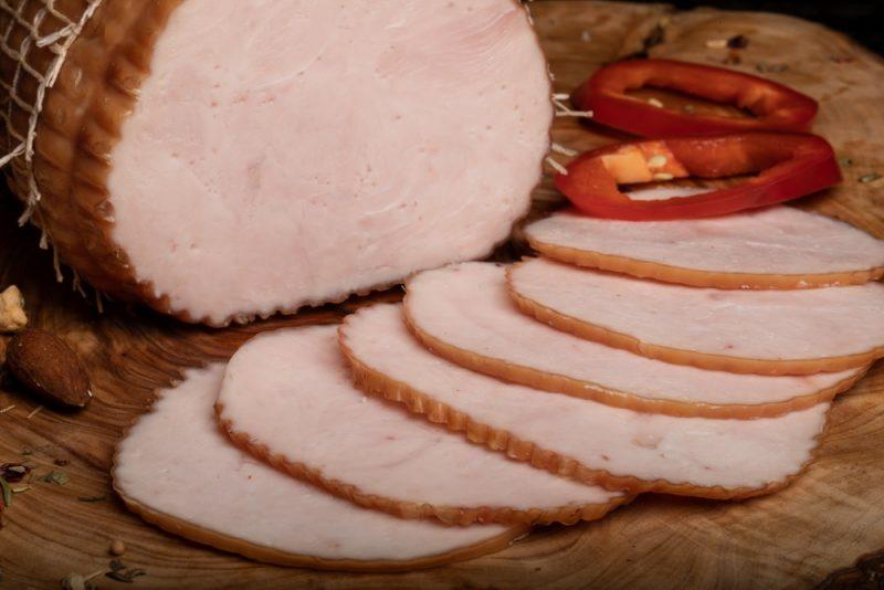 RULADĂ PIEPT DE CURCAN: Piept de curcan fiert și afumat, aromatizat cu condimente naturale.
