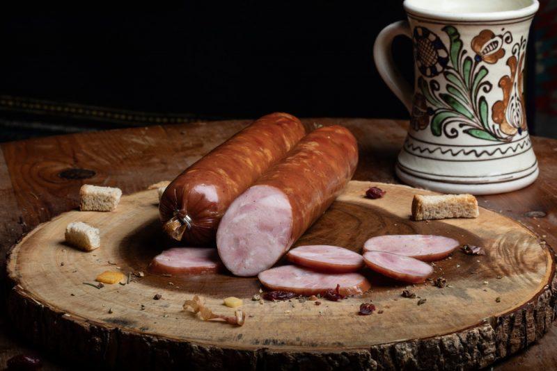 SALAM BUCOVINEAN: Produs fiert și afumat realizat din bucăți întregi de carne de porc și condimente naturale.