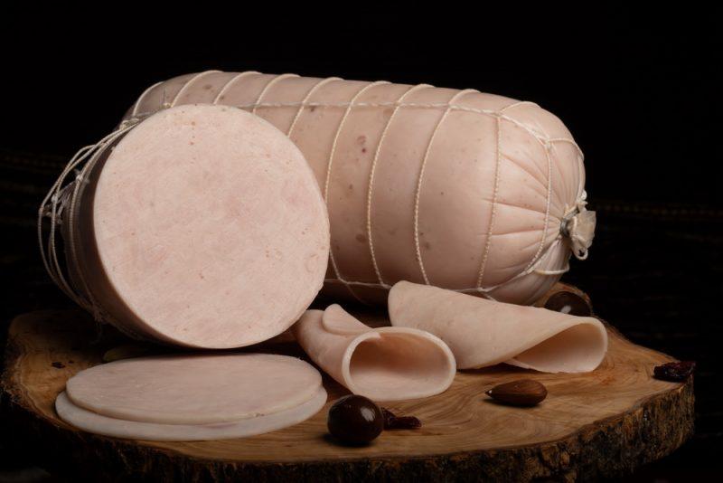 ŞUNCĂ PIEPT CURCAN: Produs din piept de curcan, fiert și presat, aromatizat cu condimente naturale.