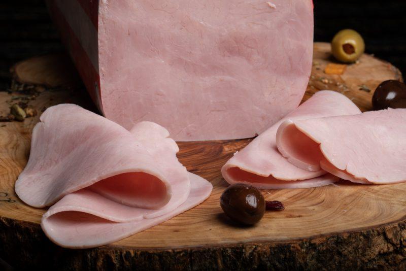 ŞUNCĂ PRAGA: Amestec din pulpă de porc, condimente și sare, fiert și presat.
